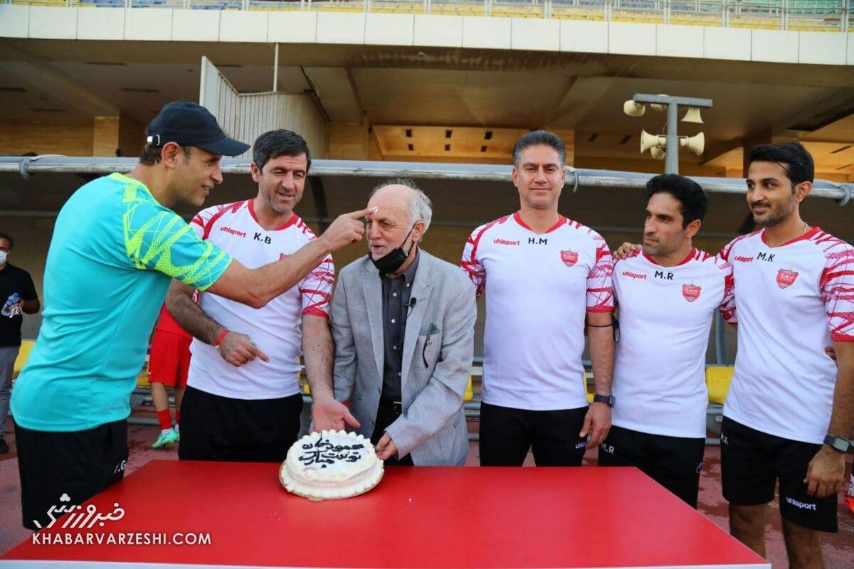 تصاویر شاد جشن تولد خوردبین/ یحیی قدیمیترین پرسپولیسی را کیک مالی کرد
