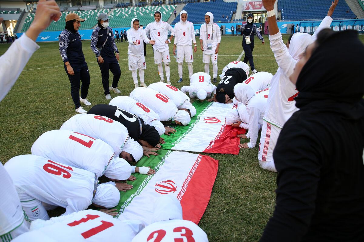 ببینید| همخوانی سرود «جاوید وطن» توسط دختران تیم ملی فوتبال