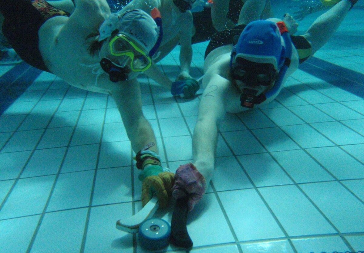 ویدیو| هاکی زیر آب؛ ورزش عجیب و غریب در امارات
