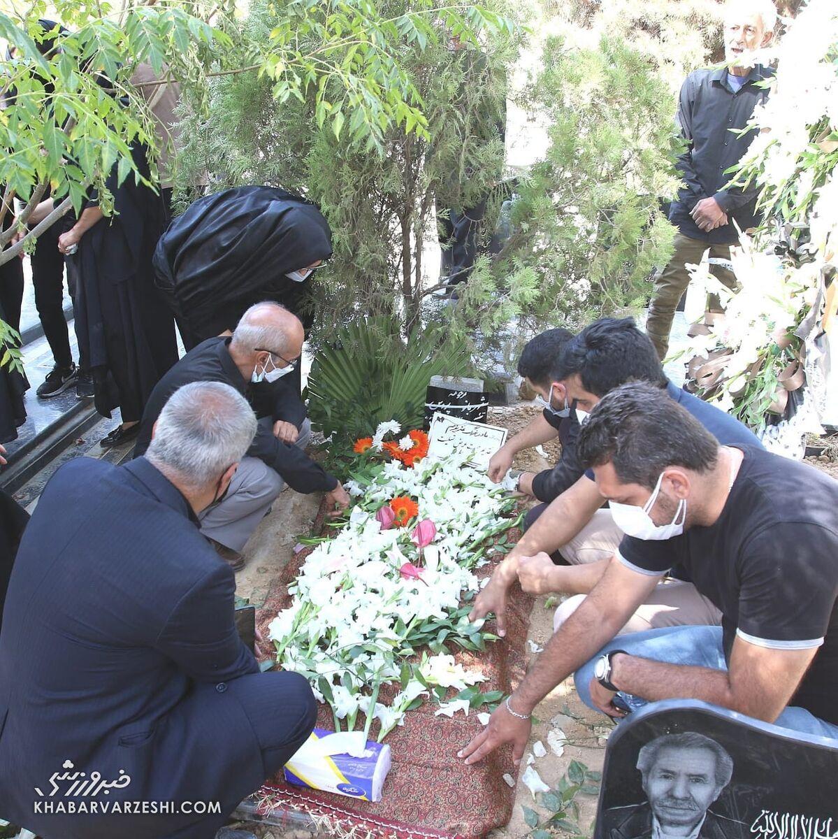 تصاویر  مراسم خاکسپاری خواهر علی پروین در حضور پیشکسوتان پرسپولیس