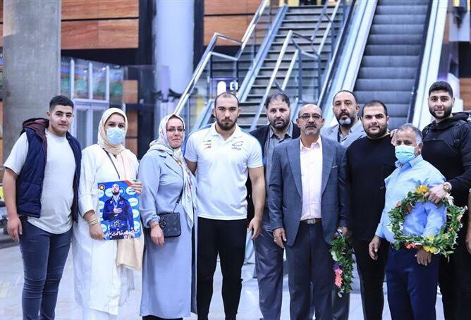 تصاویر| قهرمان کشتی جهان در آغوش پدر/ از گریههای مادر تا استقبال در فرودگاه امام
