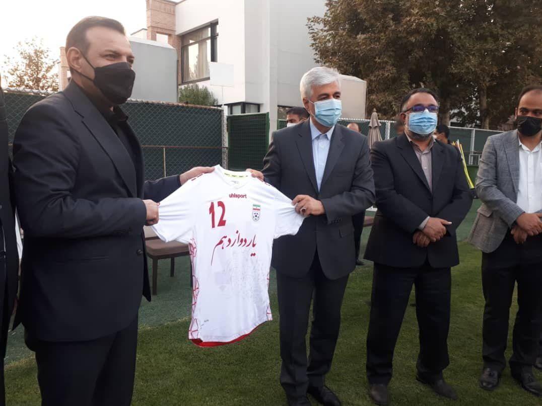 عکس  بازدید وزیر ورزش از کمپ تیم ملی فوتبال/ سجادی هدیه گرفت