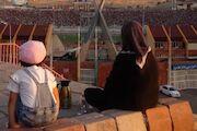 عکس  تماشای فوتبال برای مادران آزاد شد!