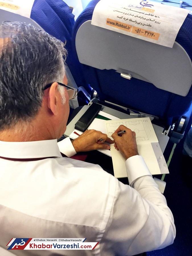 عکس| کیروش نقشه تاکتیکی تیم ملی را در هواپیما کشید