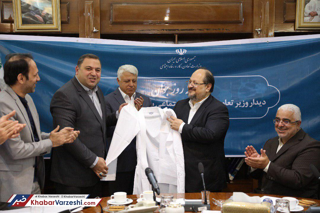 حمایت وزیر تعاون از تیم ملی کاراته اهدای دان 5 کاراته به وزیر