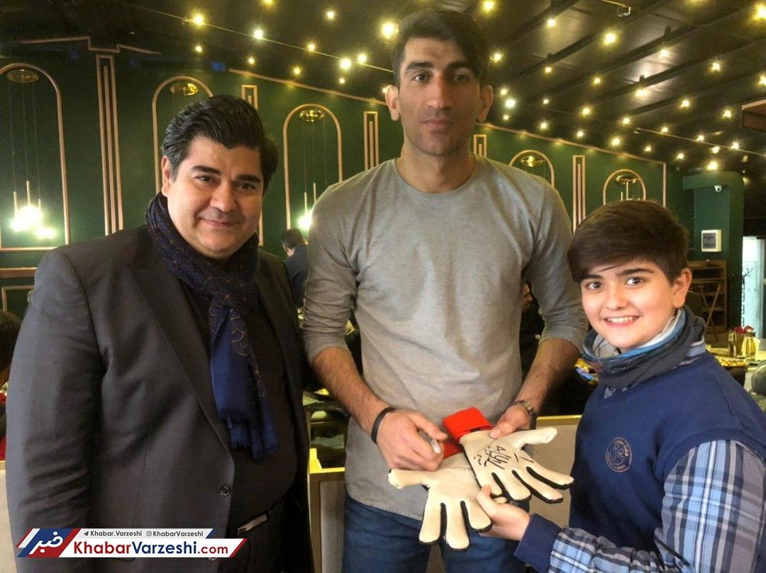 عکس| بیرانوند، دستکش خود را به پسر سالار عقیلی هدیه داد