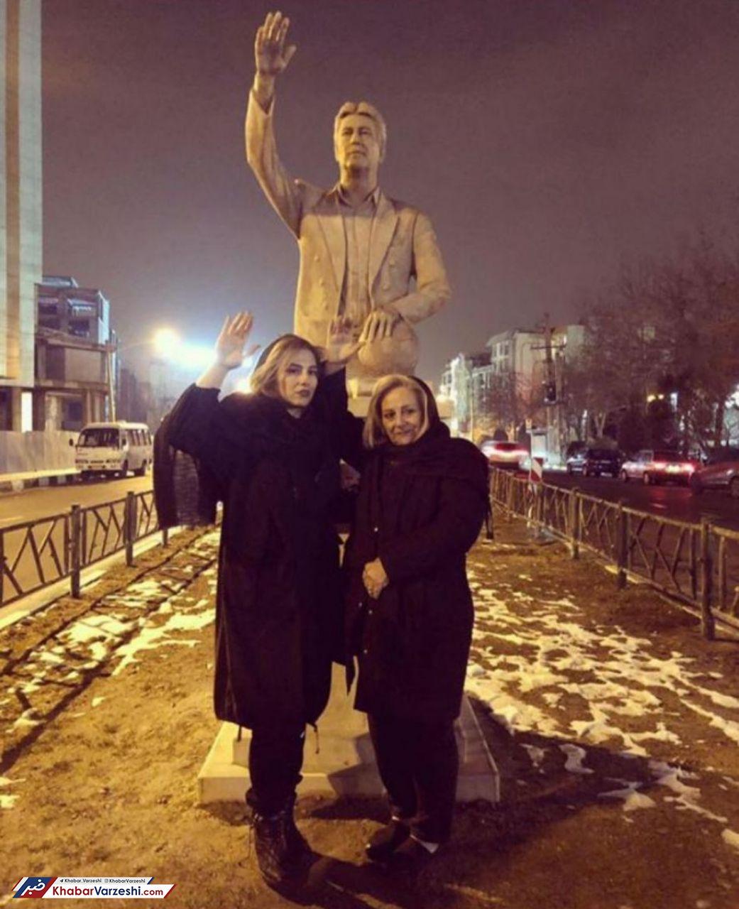 عکس یادگاری همسر و دختر ناصر حجازی با مجسمه اسطوره استقلال