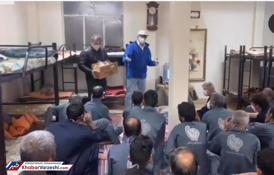 عکس  توزیع مواد ضدعفونی کننده توسط قهرمانان کشتی