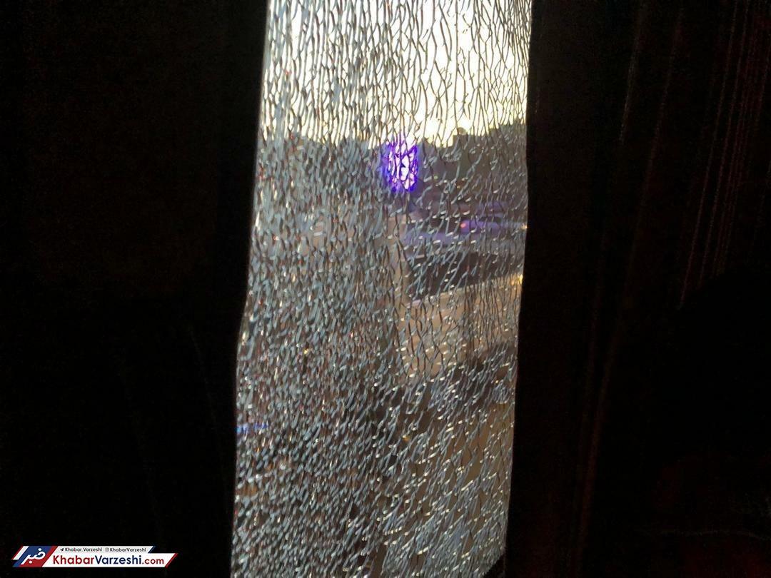 عکس| شیشه اتوبوس پرسپولیسیها را شکستند