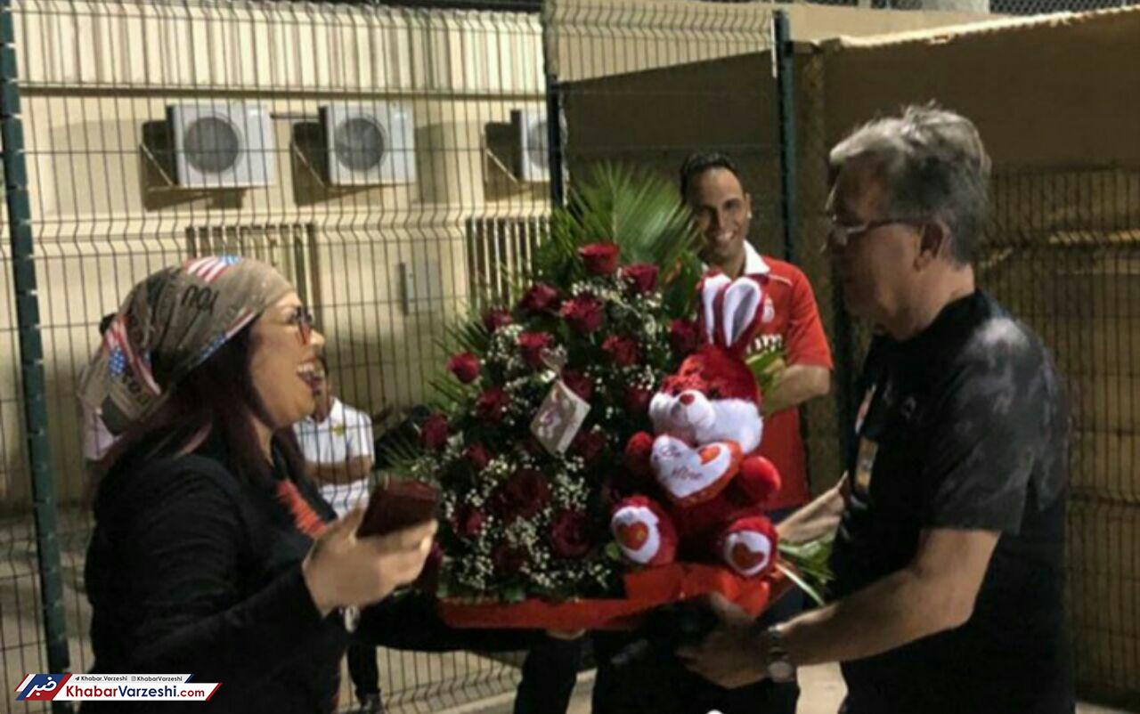 عکس| هدیه عجیب به برانکو؛ گل و خرگوش!