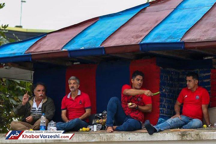 عکس -  تماشای فوتبال از جایگاه VIP به صرف خیار!