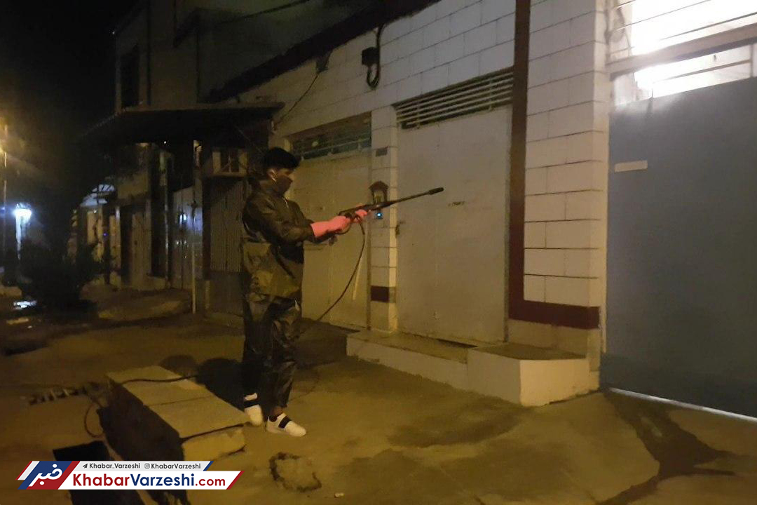 عکس -  ضدعفونی کردن معابر بوشهر توسط مهاجم تیم ملی