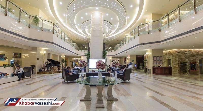 اینکه دفتر باشگاه در تهران باشد اما مذاکره با بازیکنان مورد نظر و حتی لیست تمدیدیها در هتل انجام شود، مسأله عجیبی بود که مدیران استقلال آن را انجام دادند.