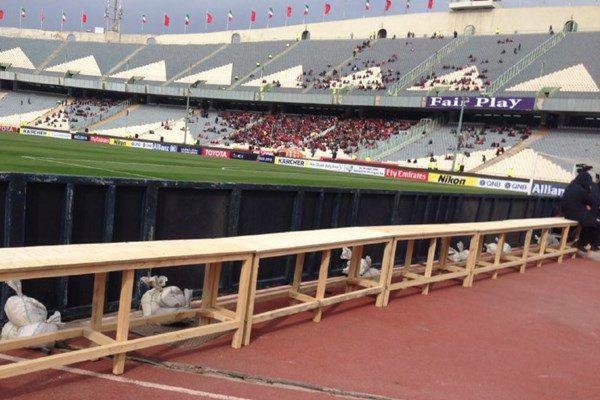 عکس  نیمکت چوبی در استادیوم آزادی
