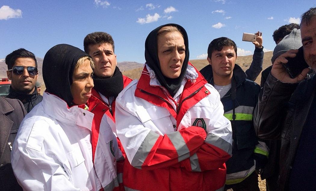 خواهران منصوریان در محل سقوط هواپیما +تصویر