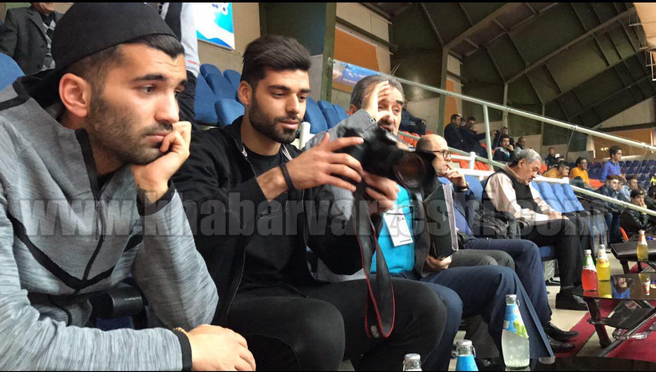 عکس| دوقلوهای پرسپولیس در حال تماشای والیبال لیگ برتر