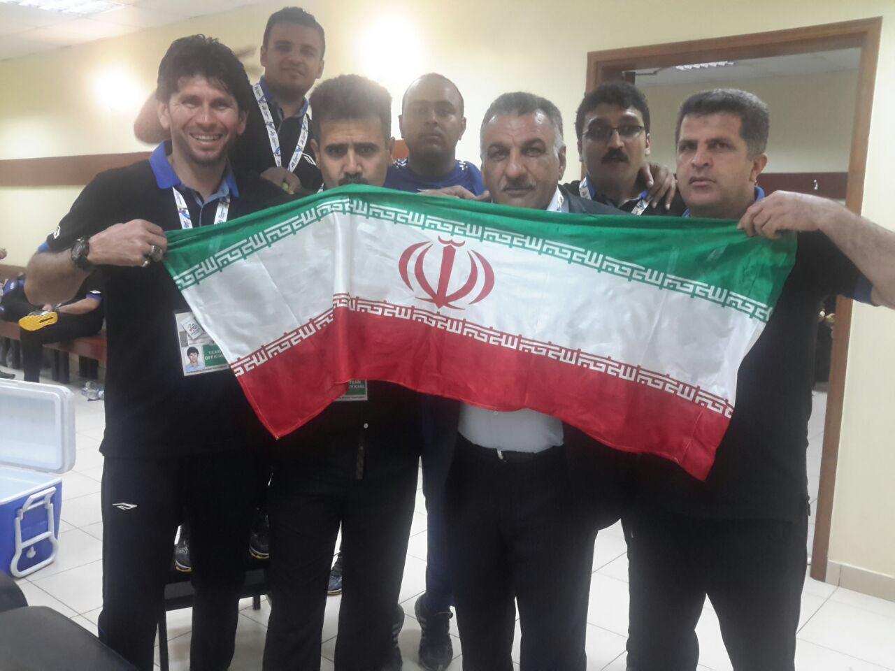عکس| بوسه بر پرچم پس از پیروزی بزرگ