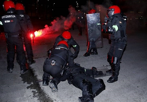 مرگ افسر پلیس بعد از درگیری با هواداران آشوبگر