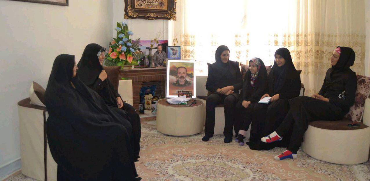 ديدار خواهران منصوريان با خانواده شهيد كاظمي