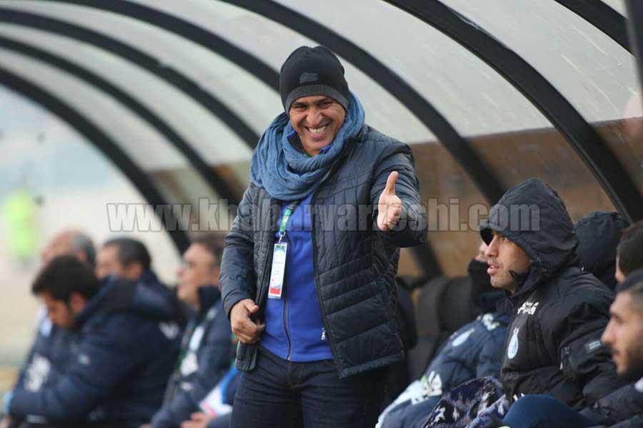 عکس   خنده های معروف منصوریان روی نیمکت استقلال